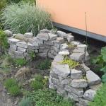 Mauer aus alten Wegeplatten