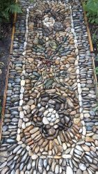 Der erste Teppich ist als Gartenweg Mosaik fertiggestellt