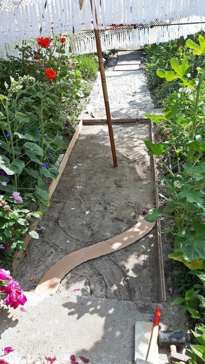 Wir beginnen unser viertes Gartenwegmosaik mit den Schablonen