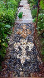 Zwei Lilien als Gartenwegmosaik aus Kieselsteinen