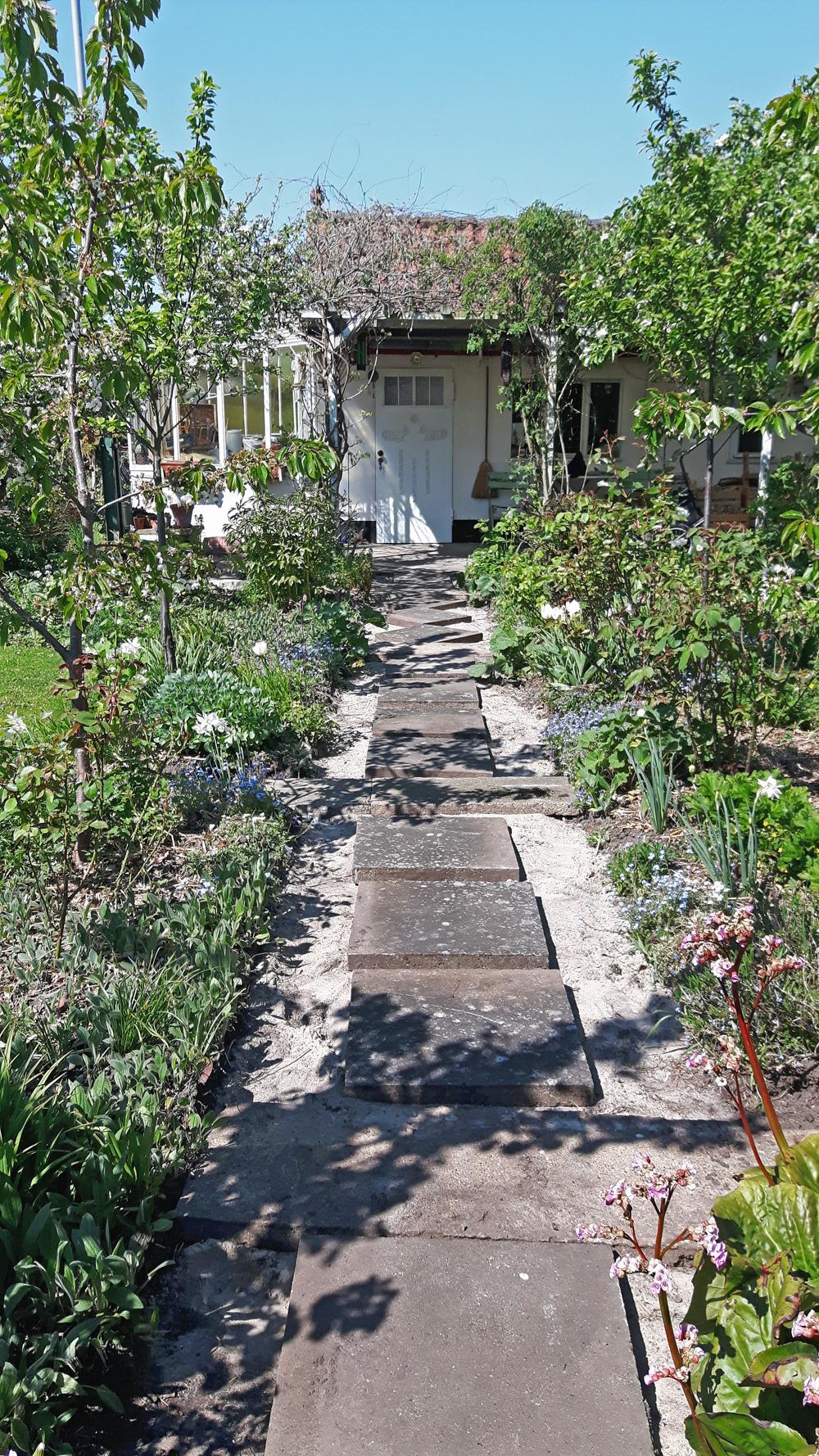 gartenweg mosaik aus kieselsteinen - lilienweg blog