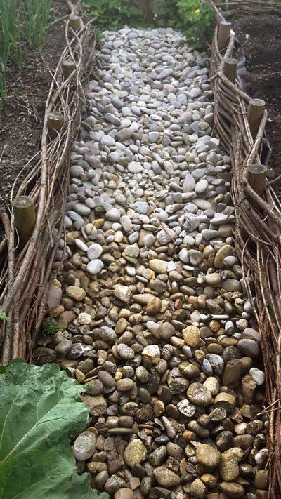 Die Steine liegn im Garten und müssen sortiert werden
